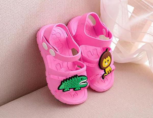 Giày nhựa trẻ em không nên mua