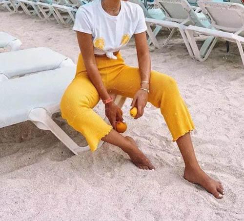 Áo phông trắng họa tiết + chân váy / quần tây cùng màu