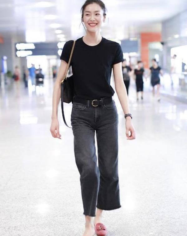 áo phông đen đơn giản + quần jean ống đứng