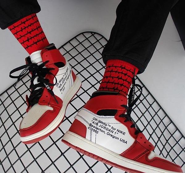 Chọn tất màu đỏ với giày Jordan màu đỏ