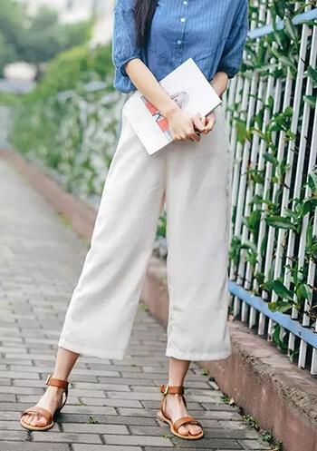 thắt lưng được nhét ở dưới cùng của áo sơ mi với quần ống rộng