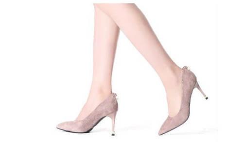 Giày cao gót rất hợp với quần jean ống rộng