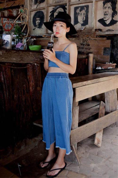 Dép tông thường ngày với quần jean ống rộng
