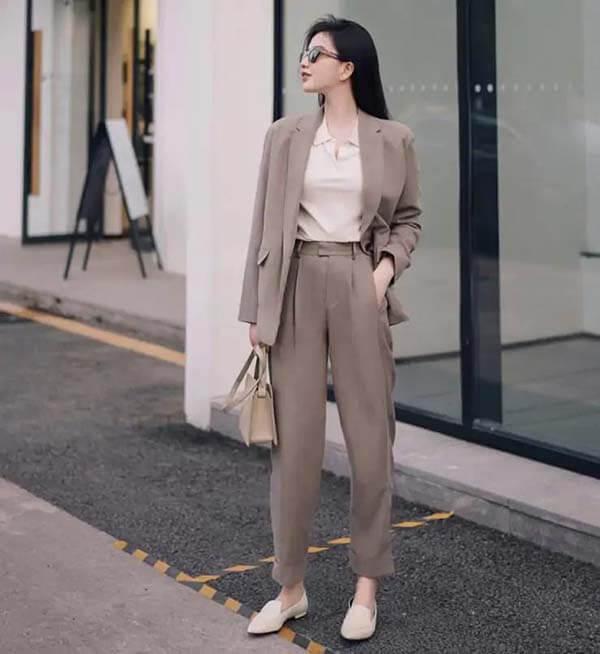 Áo vest + polo màu be nhạt + quần tây màu cà phê nhạt