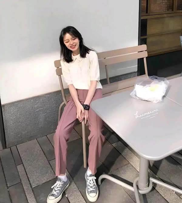 Áo phông polo trắng + quần tây màu hồng nhạt